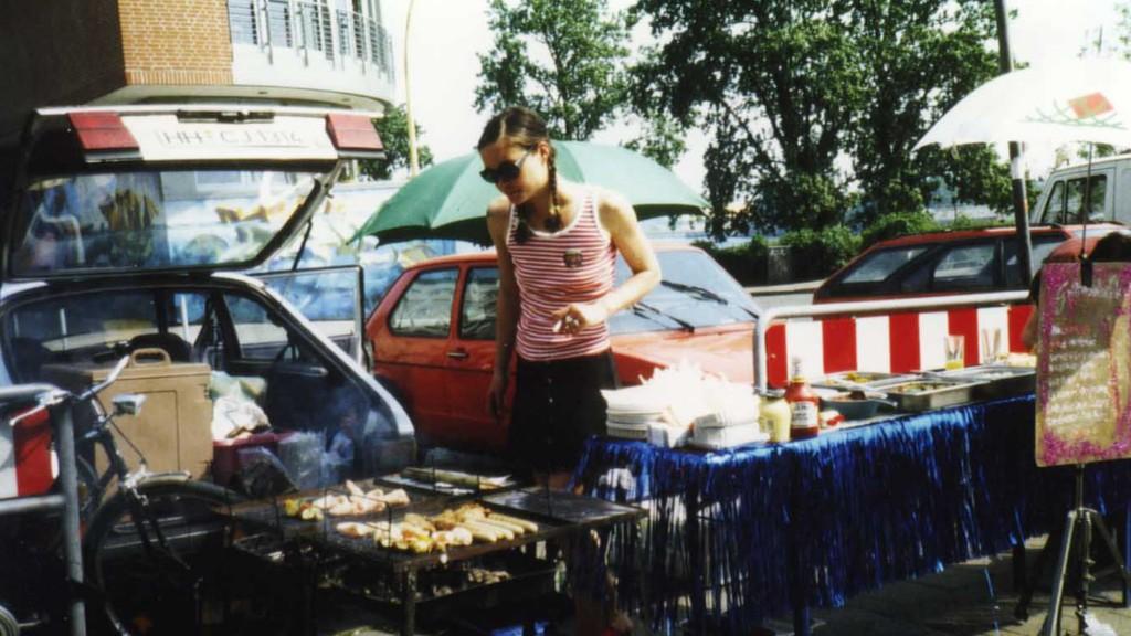Grillmaster Flesh: Anne nimmt zwischen parkenden Autos vorweg, was ein Park sein könnte, Park Fiction 1995